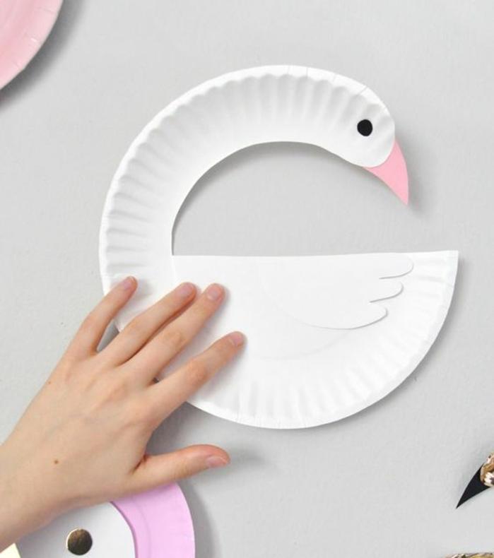Basteln für Kinder, Schwan aus einem Pappteller machen, einfach und schnell, Teller ausschneiden, eine Auge und Schnabel malen und fertig