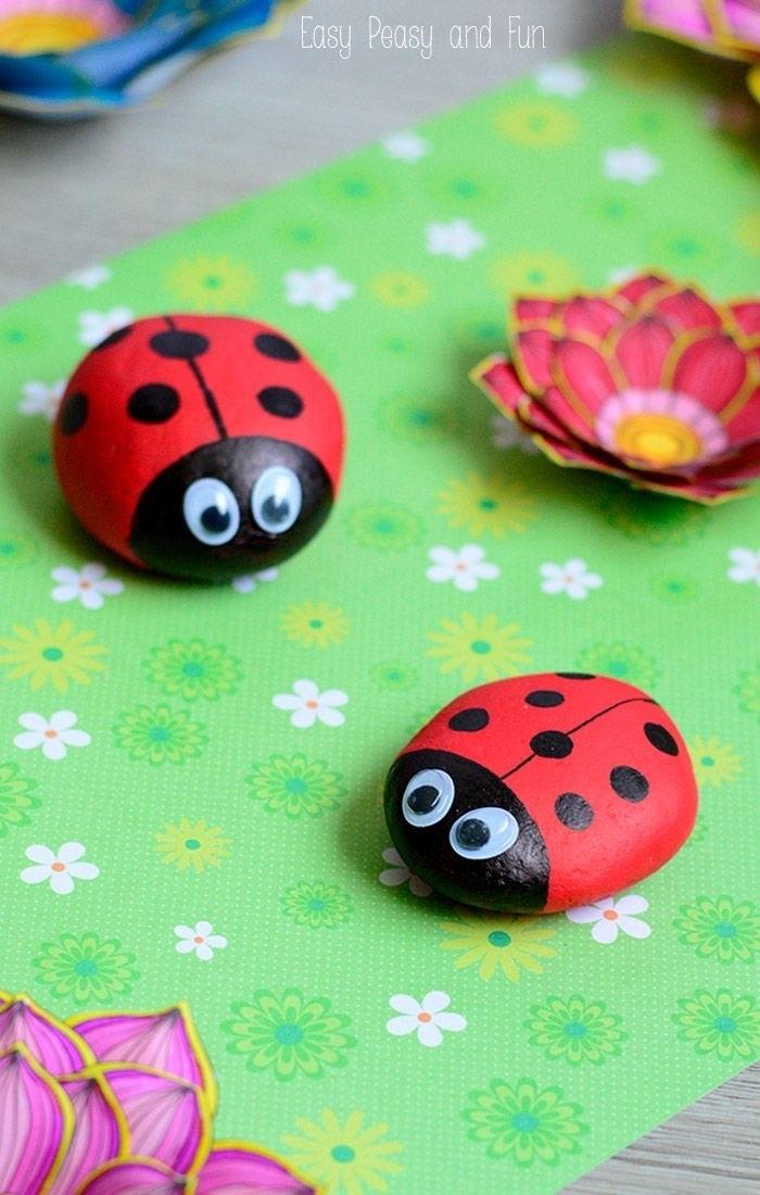 Basteln mit Kleinkindern, Marienkäfer aus Steine kreieren, Rote Käfer mit schwarzen Punkten, Steine bemalen