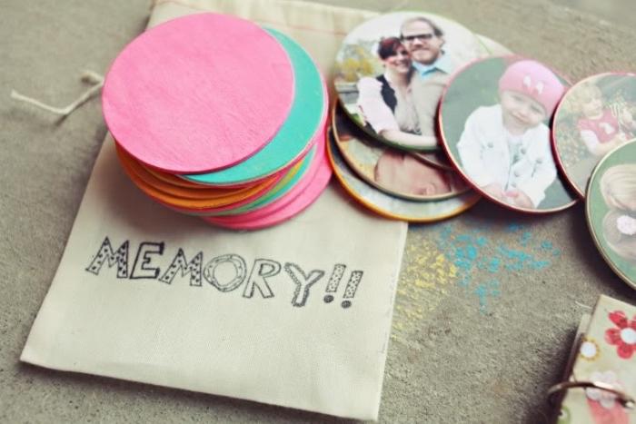 Basteln mit Kleinkindern, bunte Untertassen aus Stoff, Erinnerungen Spiel selber machen, Fotos auf Untertassen