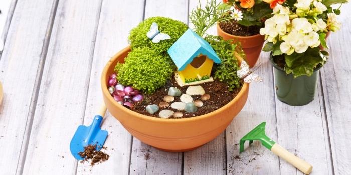 Basteln mit Kleinkindern, Ideen Topf schön gestalten mit Häuschen, Garten und Busche, Deko für Topfpflanzen