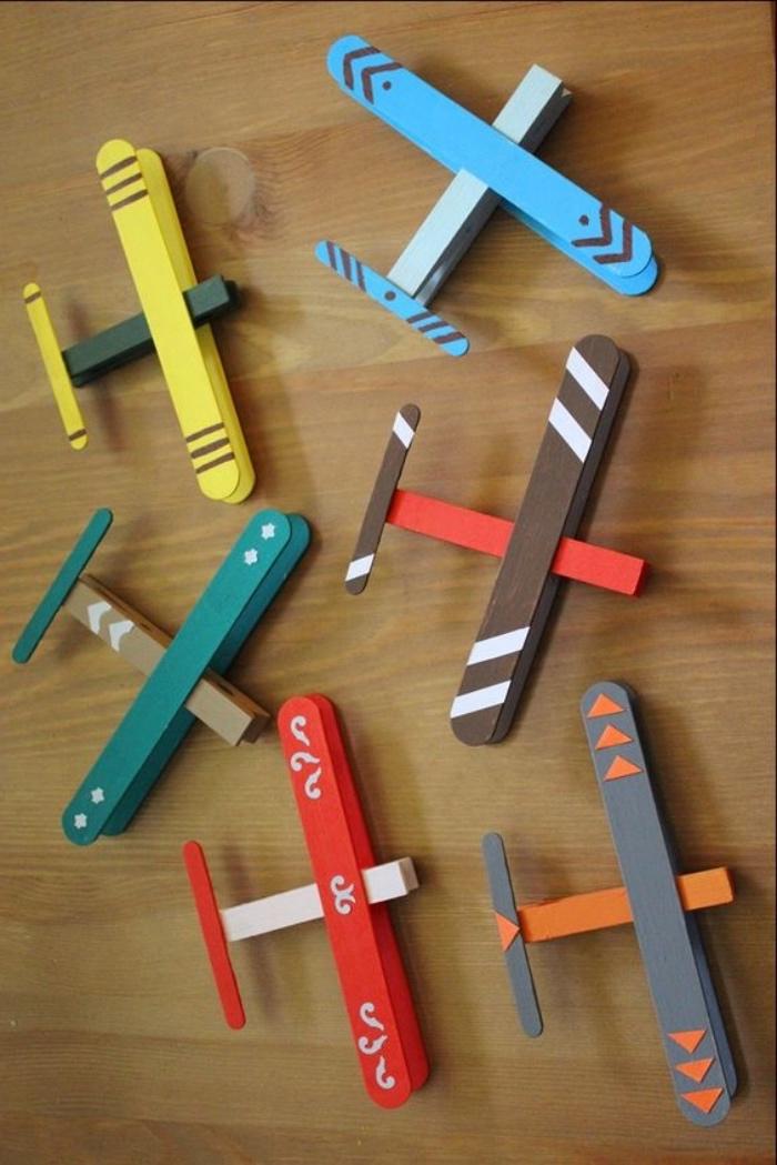 Einfache Bastelideen, Flugzeug aus Eisstäbchen kreieren, bunte Stäbchen, Eis essen und diy Spielzeuge daraus machen