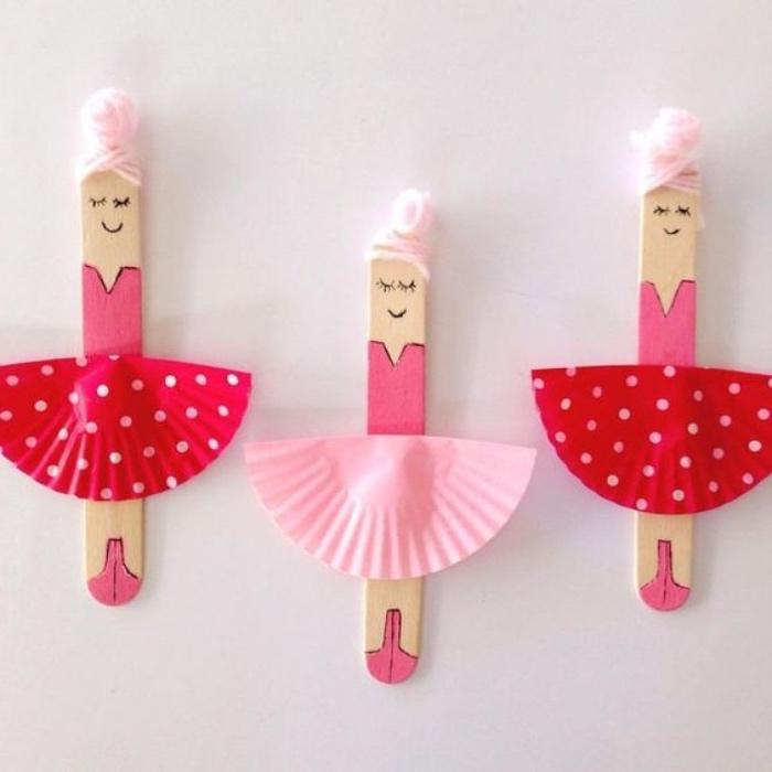 Bastelideen für Kinder, lustige kleine Ballerinas aus Eisstäbchen basteln, Rock aus Bonbons oder Muffinformen, Papprock