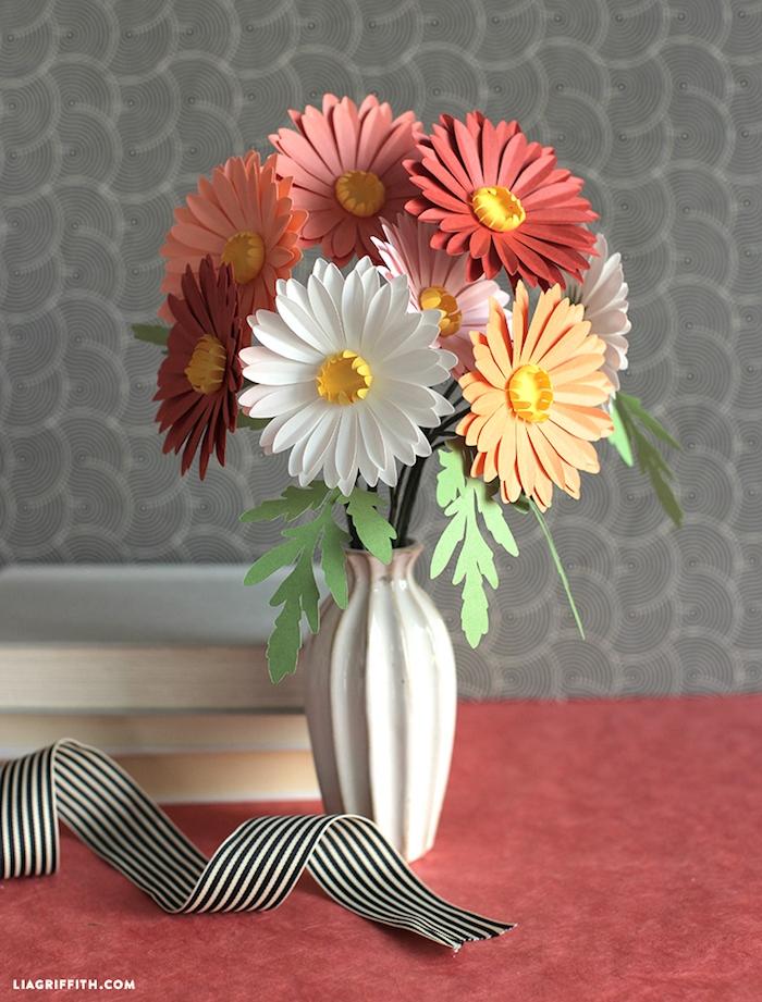Bunte Margeriten aus Papier in weißer Vase, gestreiftes Dekoband, Ideen für DIY Tischdeko