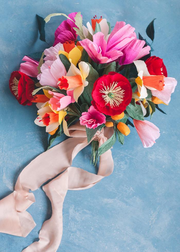 Alternative zum klassischen Hochzeitsstrauß, Strauß aus Papierblumen mit weißem Dekoband