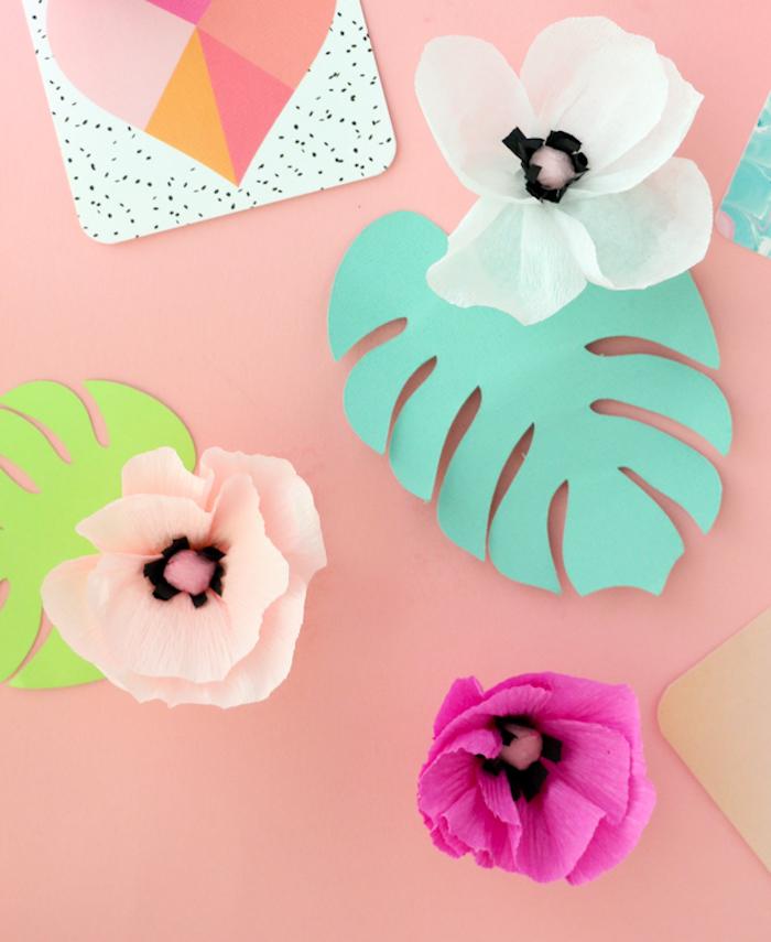 Blüten aus Krepppapier, Blätter aus Tonkarton, schöne Idee für DIY Tischdekoration