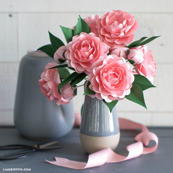 Rosafarbene Pfingstrosen aus Papier in Porzellanvase, Ideen für selbstgemachte Tischdekoration