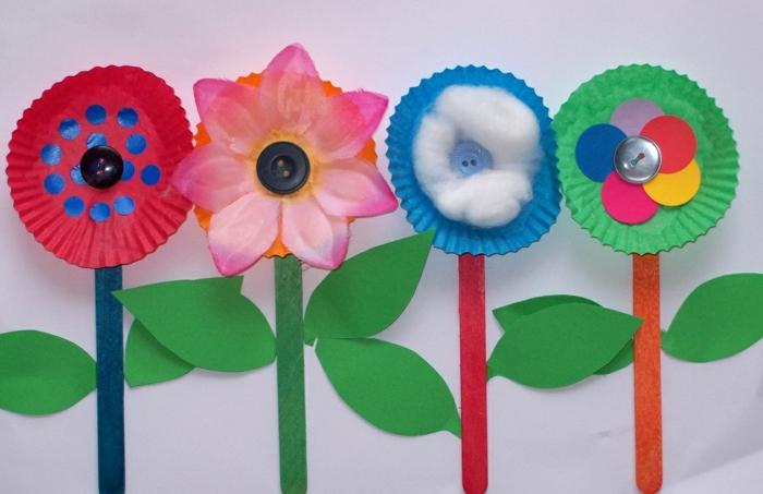 Kinder basteln gern alles aus Papierstoff, Blumendesigns mit Muffinformen selber machen, Blumen dekorieren