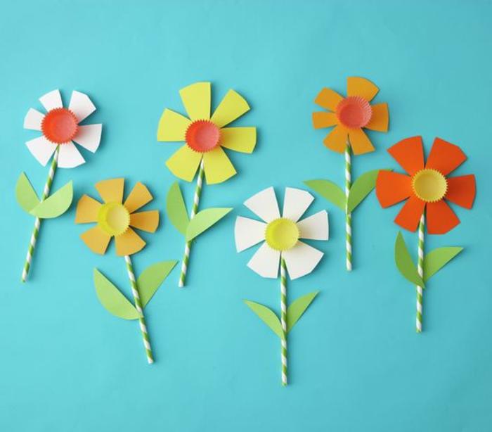 Kinder basteln, Ideen zum Dekorieren und Gestalten von Deko, Blumen aus Papier und Strohhalmen