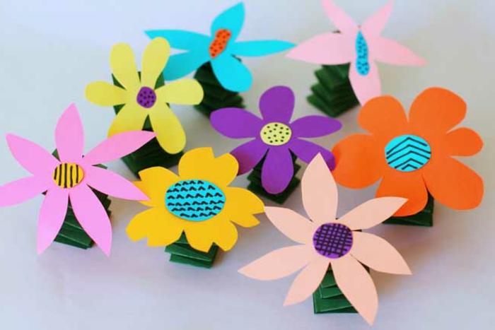 Kinder basteln mit Papier und machen schöne Blumendekorationen, bunte Blumen selber machen, Deko Ideen