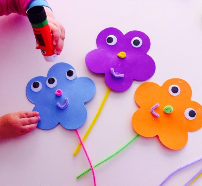Bastelideen Kinder und Erwachsene haben Spaß damit Blumen aus Papier auszuschneiden und lustige DIY Deko zu kreieren