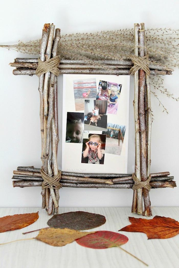 Kreativer DIY Bilderrahmen aus Holzstäbchen, gepresste Herbstblätter auf dem Tisch