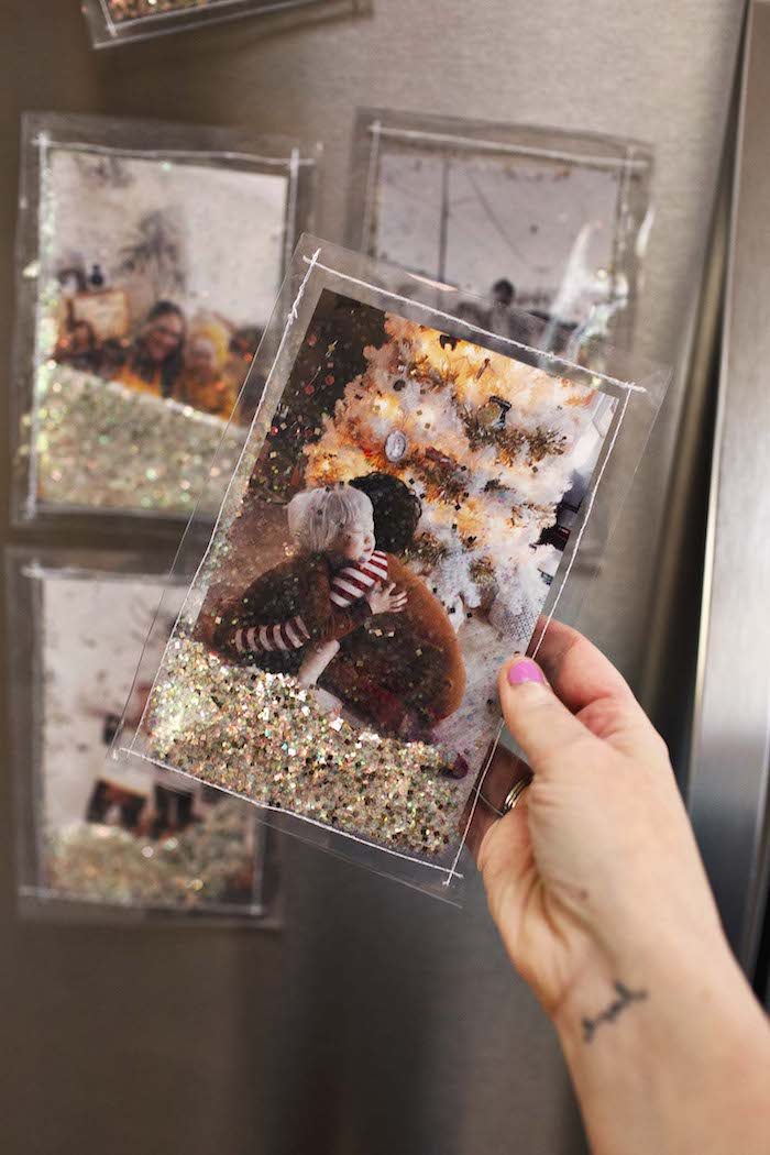 Selbstgemachter Bidlerrahmen-Magnet mit Glitter, zwei Kinder vor Weihnachtsbaum auf dem Bild