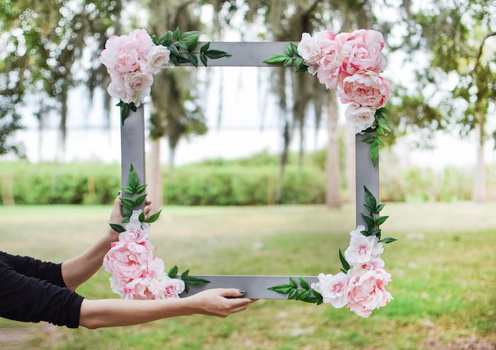 Riesiger Rahmen aus Holz, dekoriert mit künstlichen Rosen, schöne DIY Party Idee zum Nachmachen