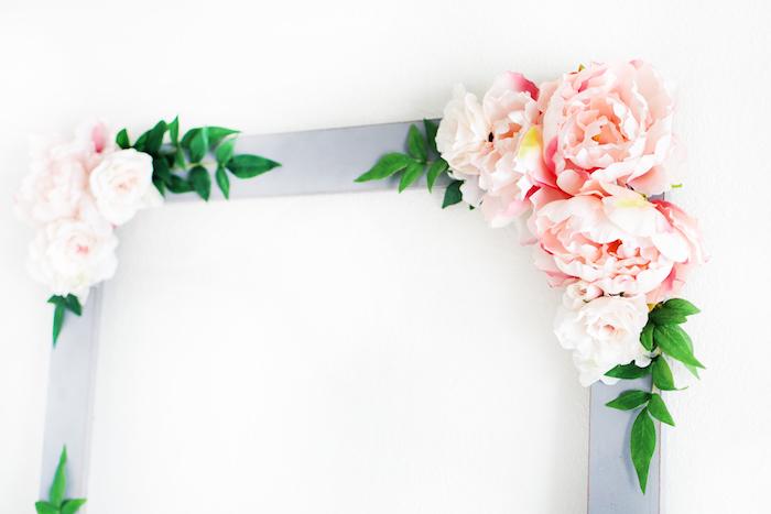 Hellblauer Rahmen aus Holz, dekoriert mit künstlichen Blumen, coole Party Idee