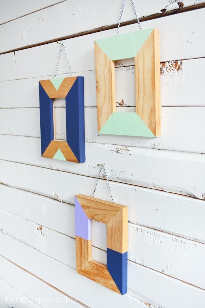 Holzrahmen an der Wand, Rahmen aus Holz, bestrichen mit Acrylfarben, schöne DIY Wanddeko