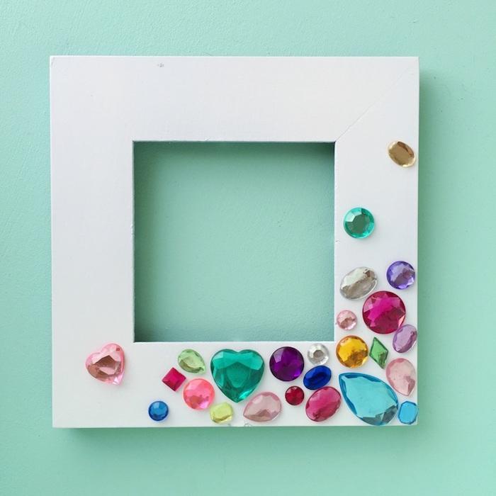Bilderrahmen aus Holz weiß bemalen und mit bunten Steinen bekleben, DIY Geschenkidee zum Nachmachen