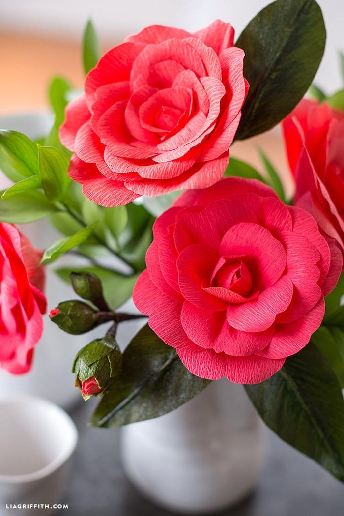 Rote Rosen aus Krepppapier zum Nachmachen, Geschenk für Mutter oder Freundin