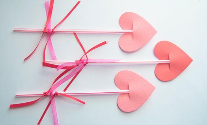 basteln mit kindern, bastelset kinder, Valentinstag Ideen, Rosa Herzchen an Stocher ankleben, Anhängen, Deko Ideen