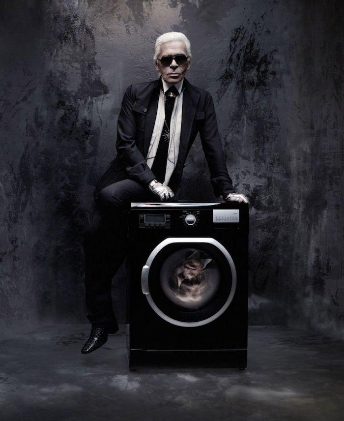 kaiser karl lagerfeld, ein alter mann mit schwarzem anzug und schwarzer langen krawatte und einer schwarzen sonnenbrille und schwarzen schuhen