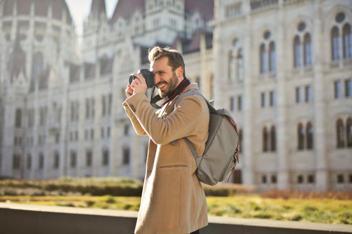 dia digitalisieren, mann mit beige mantel und fotoapparat, großer schloss, foto machen
