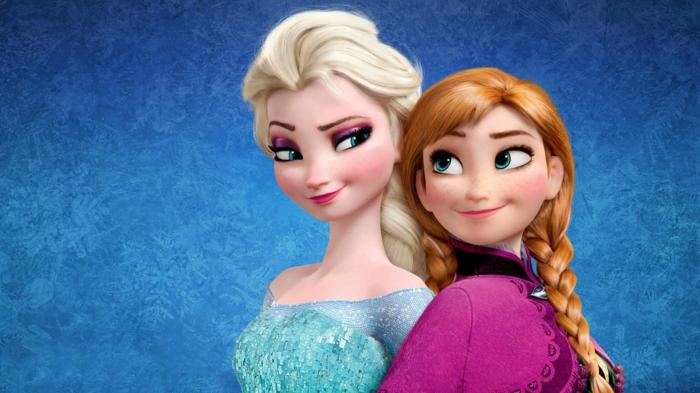 zwei Schwester sehen sich an, Elsa und Anna aus dem Film Die Eiskönigin, die ein Sequel hat