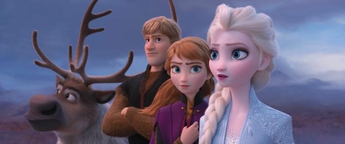 Rentier, ein Junge und zwei Mädchen, ein Screenshot von dem Film Die Eiskönigin II