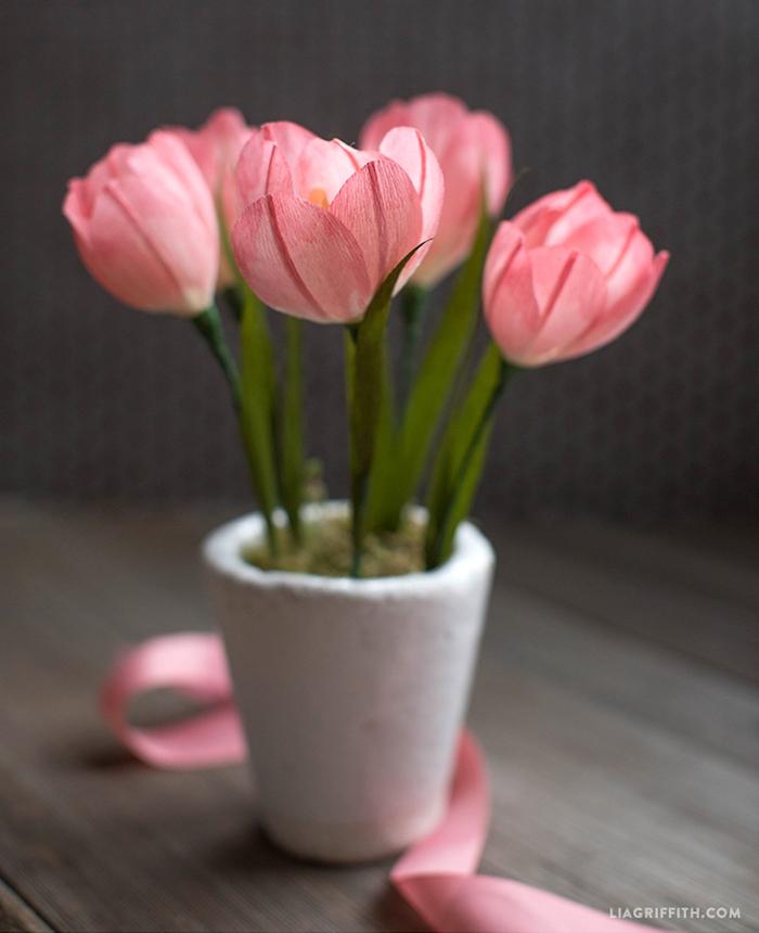 Rosafarbene Tulpen aus Papier in weißem Blumentopf, schöne handgemachte Tischdekoration