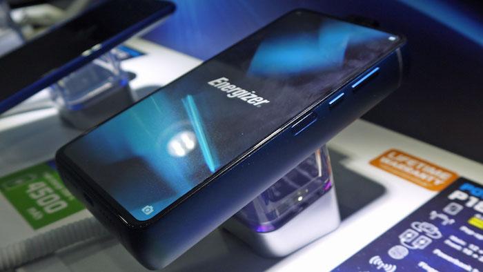 das blauem große und sehr diche smartphone Energizer P18K Pop mit einem großen blauen lc display