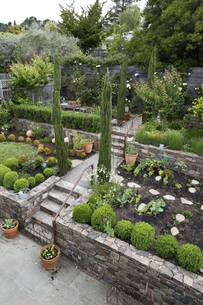 moderne Gartengestaltung, ein bunter Garten, eine Treppe, hohe Ziersträucher, gerundete Hecke