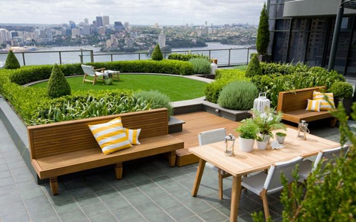 ein runder englischer Rasen, zwei Bänke, Tisch und Stühle, ein Liegestuhl, Gartengestaltung Ideen