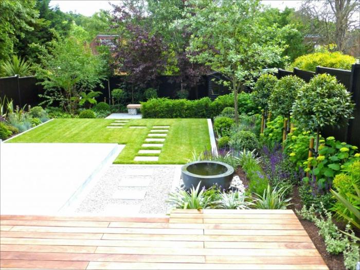Terrassendiele, ein gepflegter, englischer Rasen, ein Teich im Blumentopf, Bonsei Bäumchen