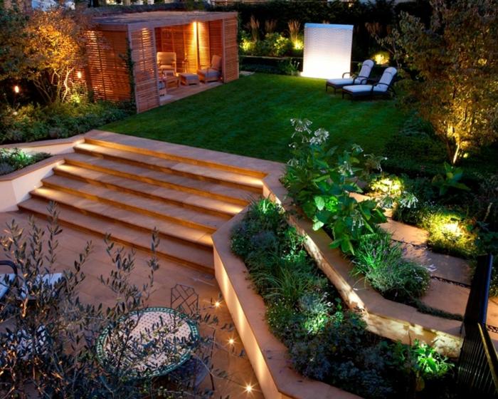 ein gepflegter Rasen, viele Treppen, zwei Liegestühle, eine Menge kleine Lampen, Gartengestaltung Ideen