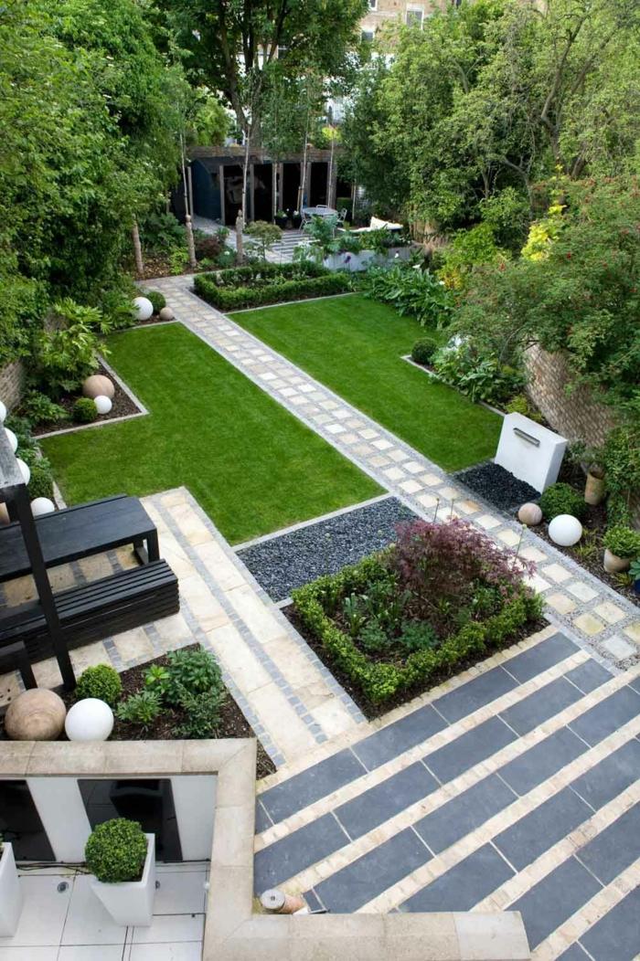 Treppen, ein gepflegter englischer Rasen, ein Pfad in der Mitte, ein Beet mit Ziersträucher, Garten gestalten