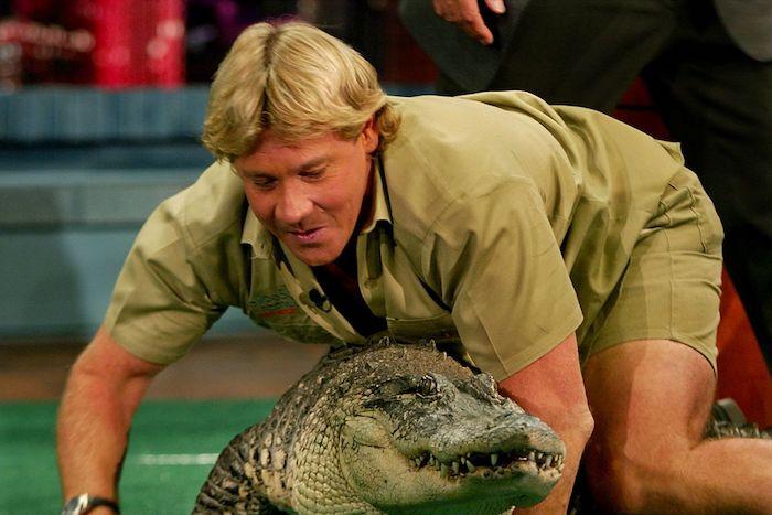 der crocodile hunter steve irwin mit einer schwarzen armbanduhr und ein großer grüner krokodil