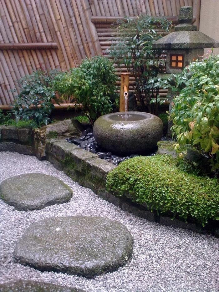 Kies, große Steine, ein japanischer Garten mit traditionellen Wasserspiel und eine Laterne