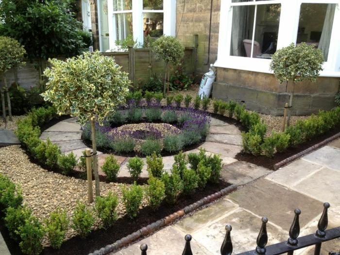 ein gerundeter Garten mit zwei kleinen Baum, viele kleine Ziersträucher, Garten gestalten von einem kleinen Haus