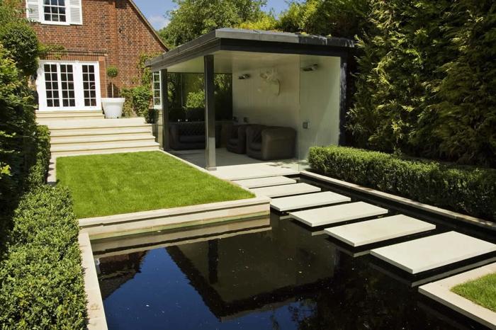ein Teich mit blauem Wasser, einige Platten, ein Pergola aus Beton, ein Häuschen, Gartengestaltung Bilder