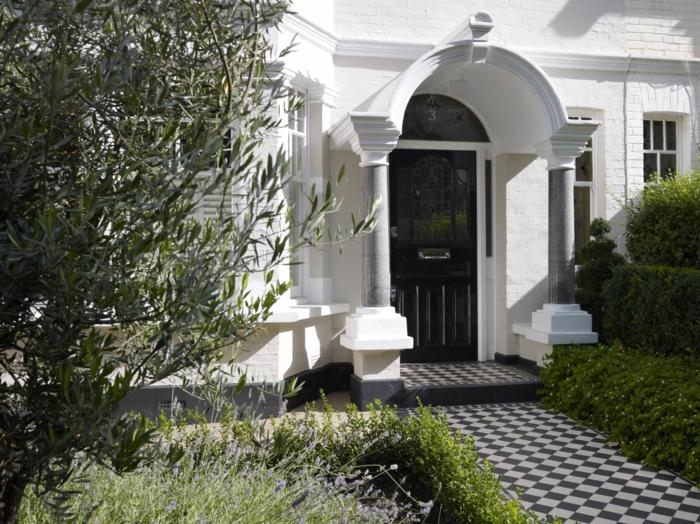 ein moderner Vorgarten, ein weißes Häuschen, eine Hecke, lila Blumen, Gartengestaltung Bilder