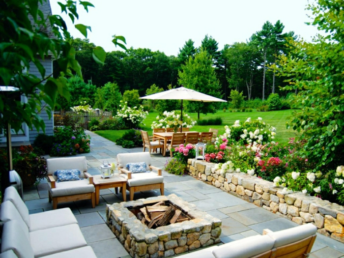 Gartengestaltung Ideen, Loungemöbel, ein gepflegter englischer Rasen, Tische und Stühle