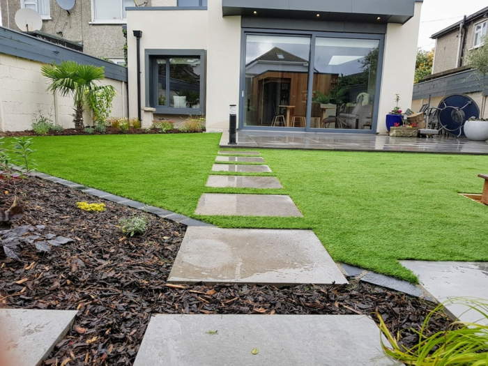 Gartengestaltung Bilder, graue Steine, ein gepflegter englischer Rasen, ein Garten im Hinterhof