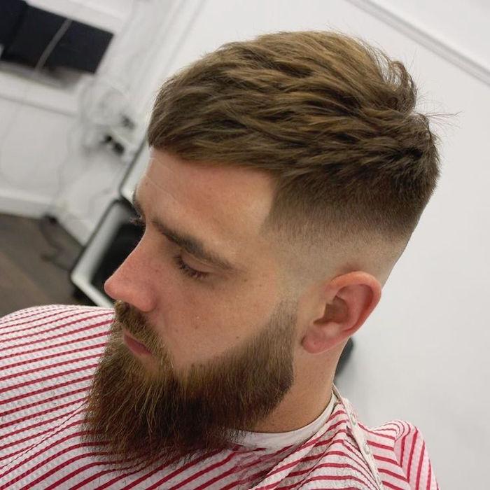 Frisur mittellang stufig, blonder Mann Style Idee, Haar und Bart stylen nach der Mode in diesem Jahr, Männermode