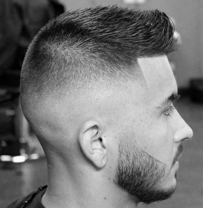 Frisuren Mittellang stufig, Frisurideen für Männer in diesem Jahr, schwarz weißes Foto von hinten aufgenommen