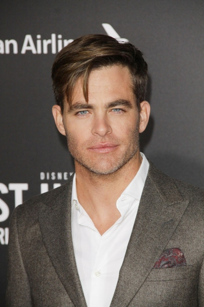 haarschnitt stil für männer, hemd mit sakko ohne krawatte, blaue augen, kurzes haar