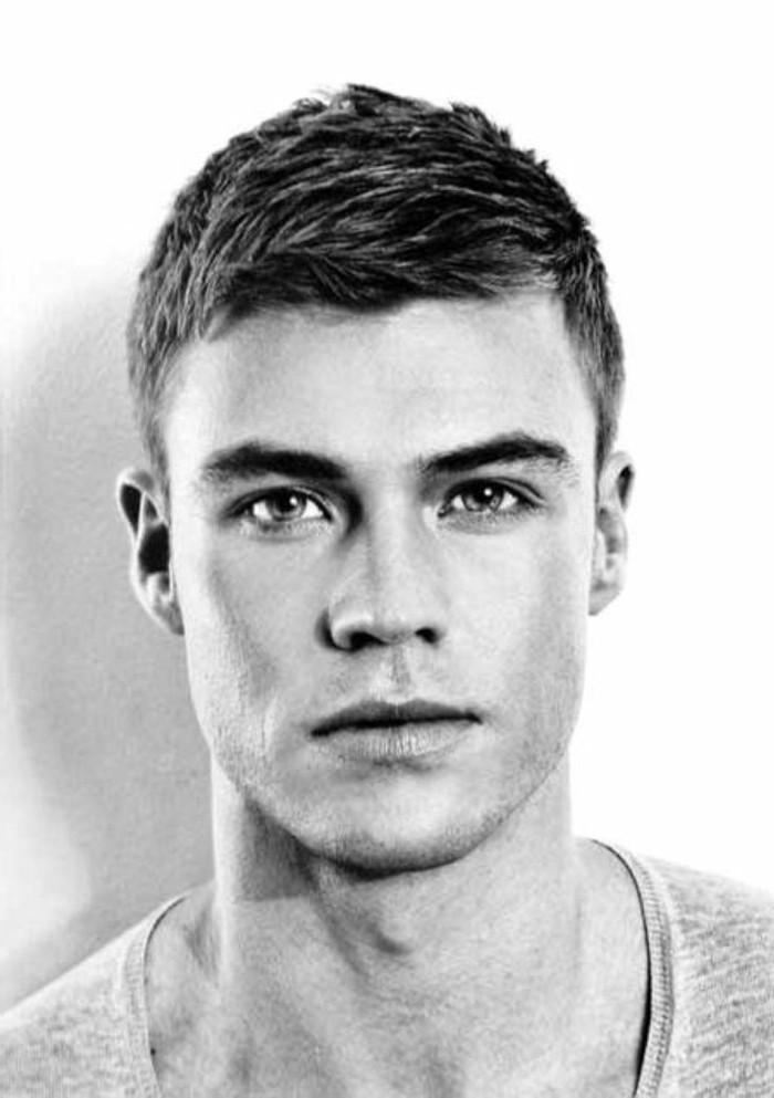 männer frisuren ideen zum inspirieren, schwarz weißes foto von einem mann, volle lippen, kurzes haar, seitlich gestylt