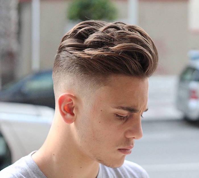 Mittellange Haare Schnitt Stufen, junger Mann mit dunkelblonden Haaren, weißes Tshirt