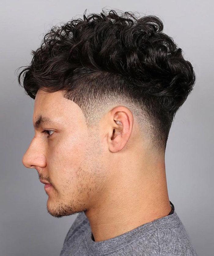 Mittellange Haare Schnitt Ideen, seitlich ganz kurz, oben lang mit großen Locken, schwarze Haare