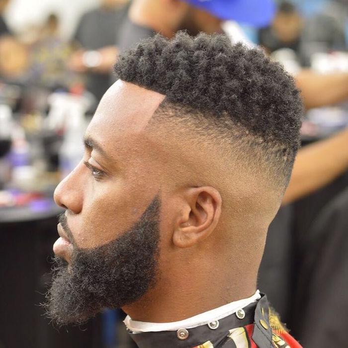 Frisuren Stufig Ideen für Männer mit lockigen Haaren, oben rund alles lang lassen und nach hinten und unten ganz kurze Haare lassen oder sie völlig entfernen, langer Bart