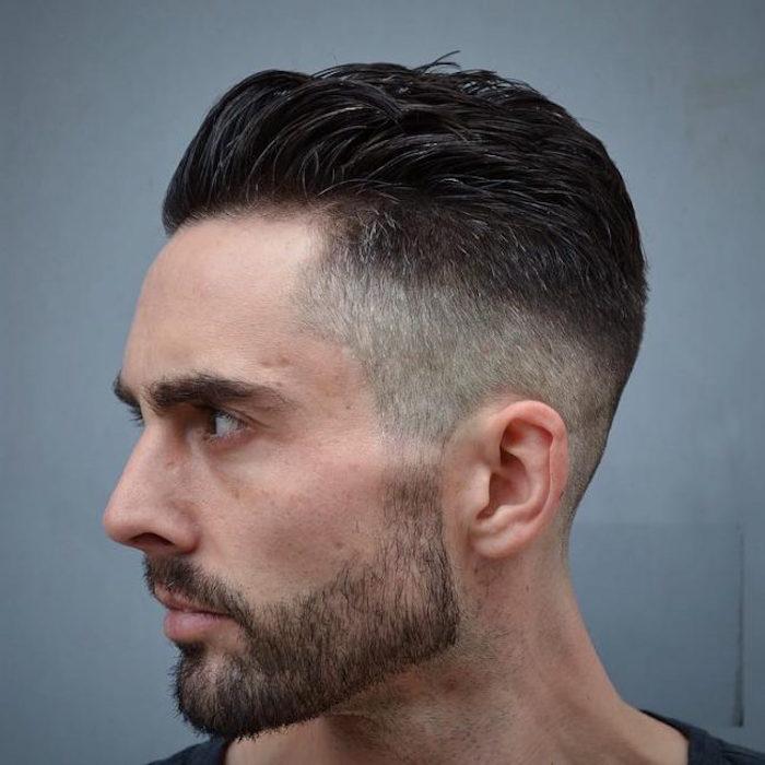 Mittellange Haare Schnitt, Bartstyle simple und Haare in trendy Gestaltung, schwarzhaariger Mann