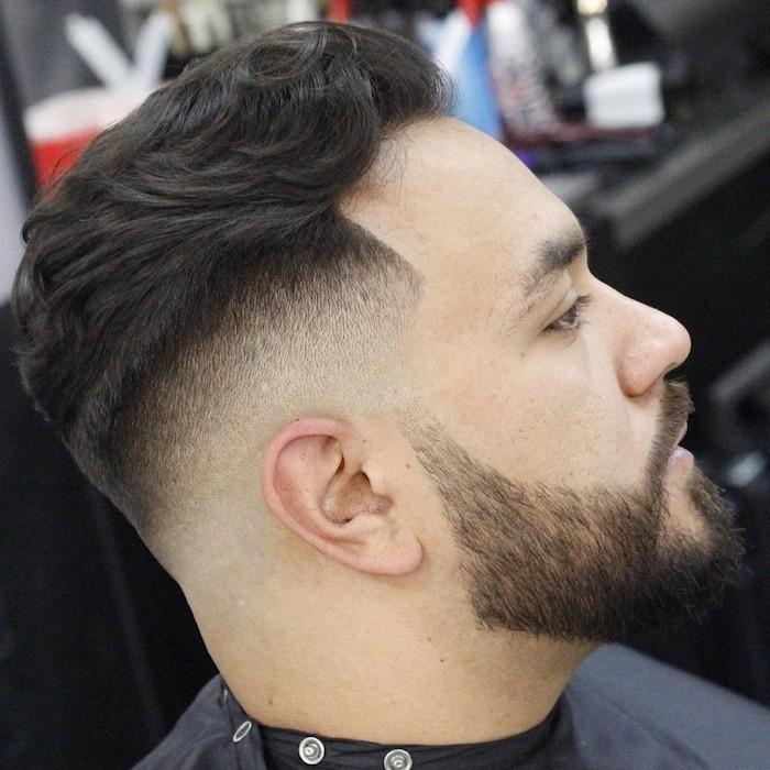 Mittellange Haare Schnitt Stil Idee, Bart und Haar kombiniert gestalten beim Frisör, spezielle Sorge für Haare und Bart für Männer