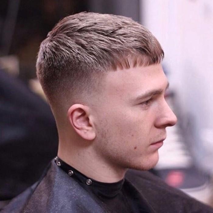 Frisuren halblang gestuft mit Pony und blonden Haaren, natürlich blonder Mann mit geradem Pony